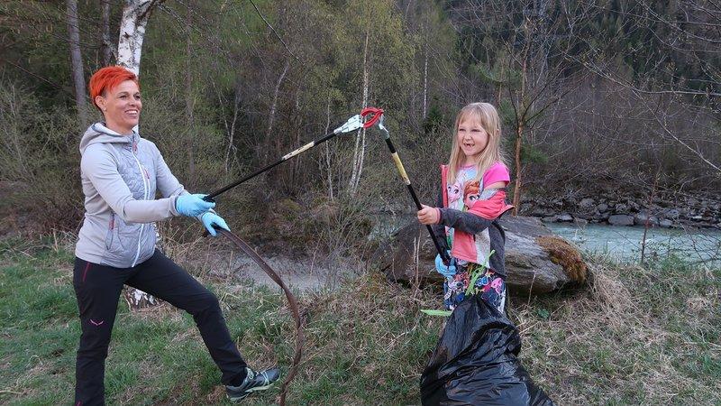 """Bild 1 """"Müll sammeln mit Abstand"""" ©Foto Georg Kranewitter/Verein Heligon"""